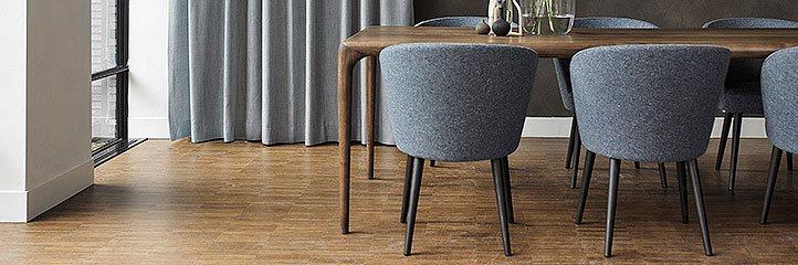 dunkler Holztisch mit modernen Stühlen