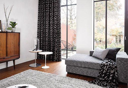 Wohnzimmer mit modernen Textilien